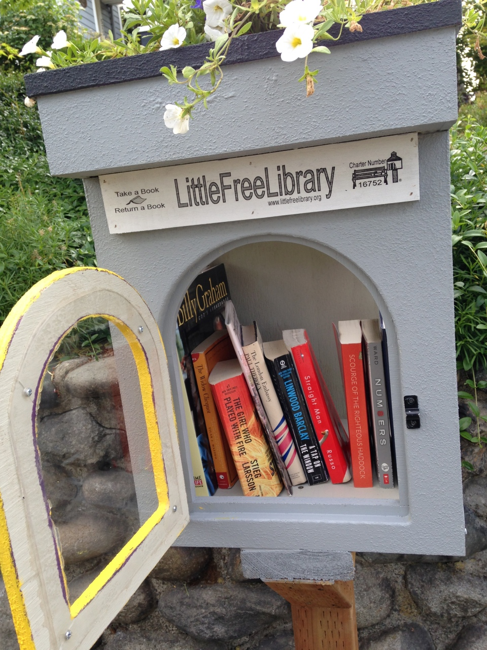 This Little Free Library is located in Phinney Ridge just above the Woodland Park Zoo. I thought the flowers were a nice tough and the selection wasn't too bad either.